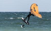 Wingfoilen in der Welle auf Fehmarn mit Signature Foils